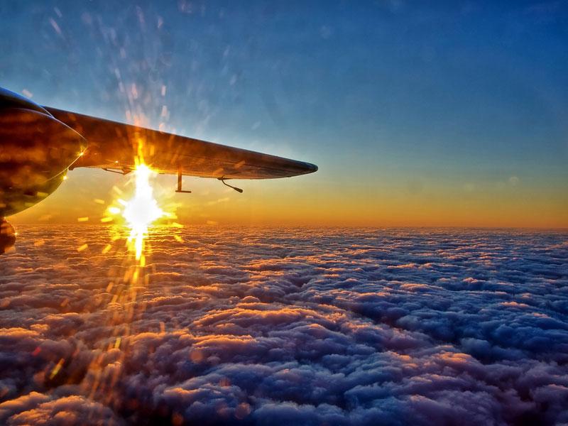 Buổi chiều tà cũng nhìn từ trên cao, bên dưới là mây dày đặc.