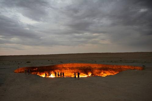 Khi đến sa mạc Karakum của Turkmenistan bạn có thể nhìn thấy ánh lửa phát ra từ Darvaza Gas Crater cho dù bạn đứng cách xa nó cả dặm. Đây không phải là một ngọn núi lửa tự nhiên mà là một tai nạn của ngành thăm dò khí đốt Nga.