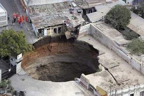 Vào 24/2/2007, một hố tử thần rất lớn đã xuất hiện tại một khu phố nghèo nằm ở phía đông bắc thành phố Guatemala. Hố sâu 100,5m này đã vô tình làm chết 3 người dân vô tội và nuốt chửng vài mái nhà.