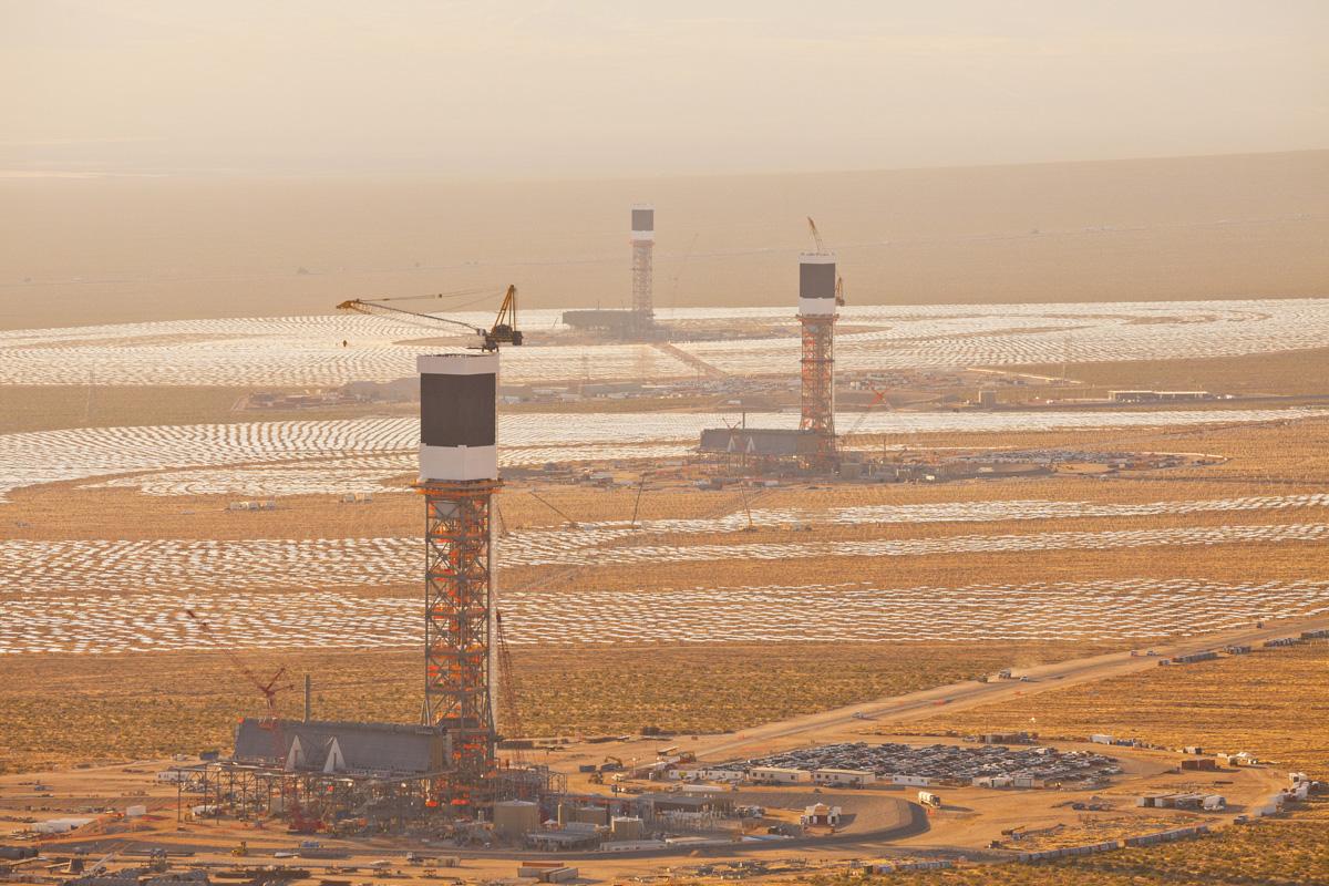 Hệ thống máy tính trung tâm sẽ điều khiển chúng để tập trung ánh sáng mặt trời vào những ngọn tháp cao 140m.