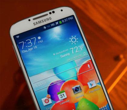 Galaxy S4 được xem là thiết bị smartphone thành công nhất của Samsung trong năm 2013. Bước sang năm 2014, giới quan sát kỳ vọng phiên bản Galaxy S5 sẽ có bộ xử lý nhanh hơn, nhiều tính năng hơn, thiết kế đẹp hơn và thậm chí là sẽ có vỏ bằng kim loại.