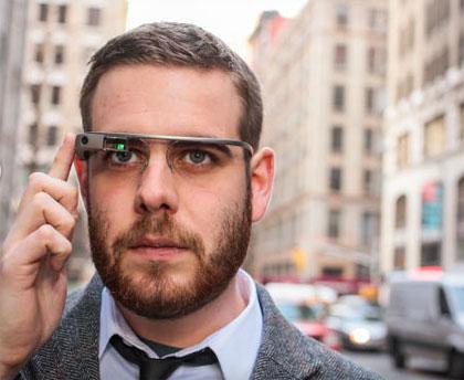 Phiên bản Google Glass Explorer dành cho các lập trình viên có giá khoảng 1.600 USD. Theo kế hoạch, trong năm 2014 Google Glass mới có phiên bản thương mại và sẽ được bán với giá bán dưới 1.500 USD. Google Glass 2 là có thêm một tai nghe mono có khả năng tháo rời.