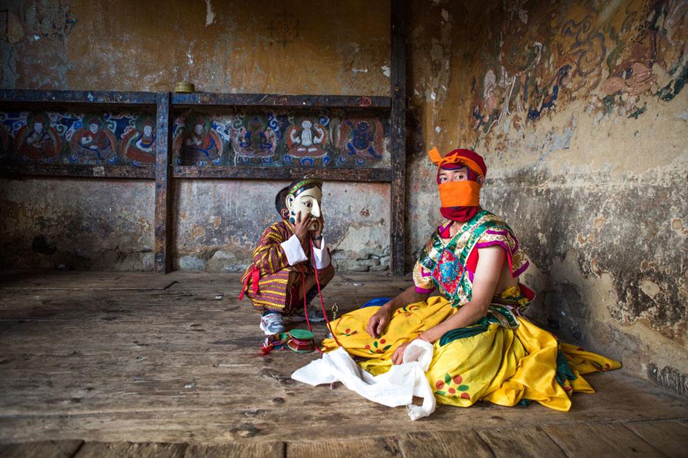 Ảnh đoạt giải nhì National Awards, Singapore, tác giả Joyce Le Mesurier: Một cậu bé đeo thử mặt nạ của một vũ công khi anh đang nghỉ ngơi sau mà trình diễn ở lễ hội tại Tamshing Lhakhang, Bumthang, Bhutan, 09/2013.