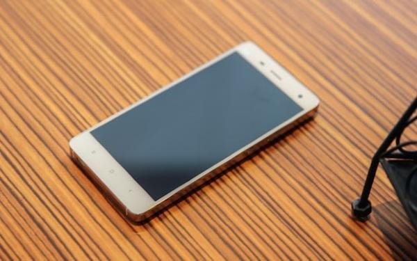 Có rất nhiều điểm tương đồng giữa các sản phẩm của Mi và Apple. Mi 4 vừa ra mắt có kiểu vát cạnh giống iPhone, máy tính bảng Mi Pad lại được thiết kế với màn hình, độ phân giải hoàn toàn giống iPad mini, trong khi vỏ ngoài tương tự iPhone 5C.