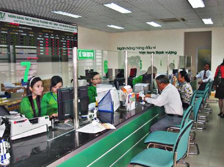 Tăng phí chuyển tiền ở ngân hàng