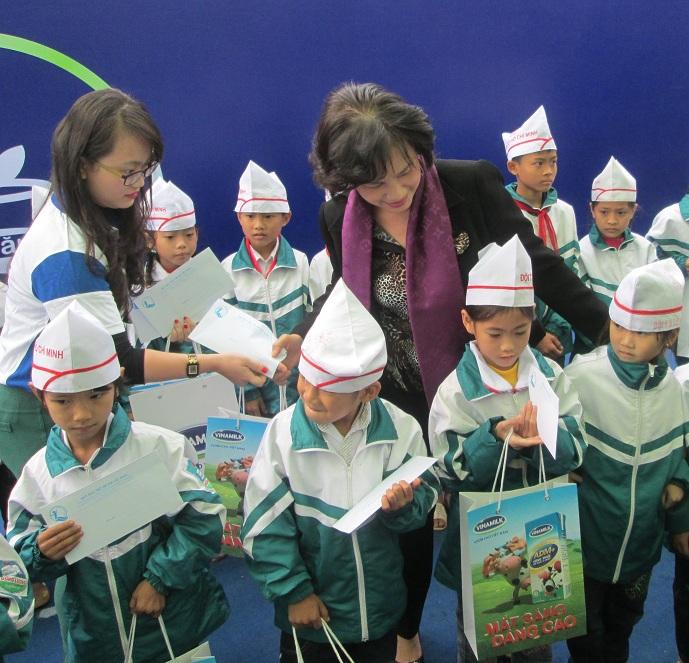 Bà Nguyễn Thị Kim Ngân trao sữa cho trẻ em nghèo