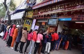 Người dân xếp hàng dài chờ mua vàng ngày Vía Thần Tài