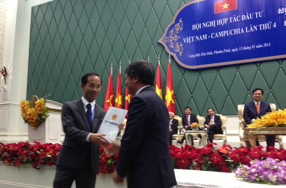 Lãnh đạo  Bộ Kế hoạch & Đầu tư trao giấy phép đầu tư vào Campuchia cho Ông Mai Hoài Anh - Giám Đốc Điều Hành Kinh doanh Vinamilk