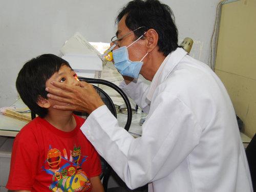 Đau mắt đỏ hoành hành ở QUảng Trị gây ra tình trạng thiếu thuốc chữa đau mắt đỏ