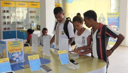 Khách hàng đang giao dịch tại một đại lý của Telemor tại Timor Leste