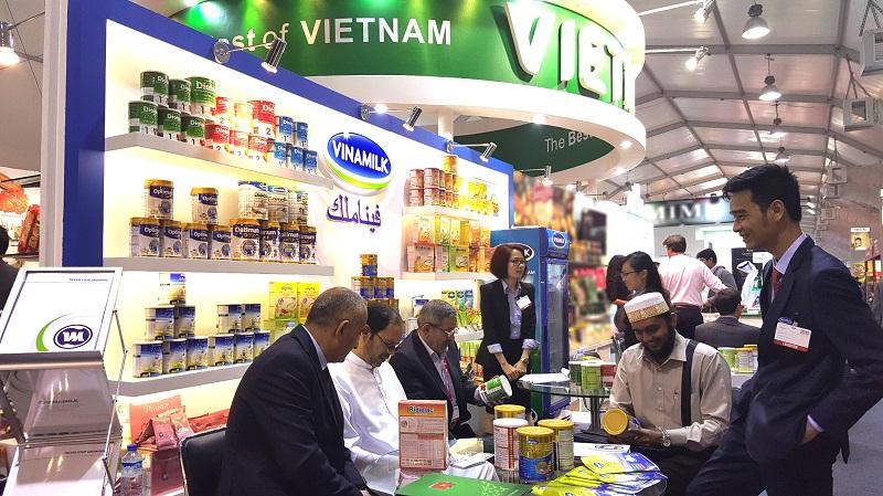 Các đối tác và khách hàng tìm hiểu về các sản phẩm sữa bột và bột dinh dưỡng dành riêng cho thị trường Trung Đông của Vinamilk