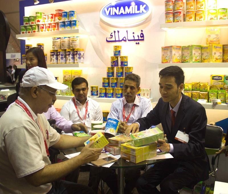 Ông Võ Trung Hiếu - Giám đốc Kinh doanh quốc tế Vinamilk giới thiệu với các đối tác các sản phẩm mới của Vinamilk tại hội chợ lần này