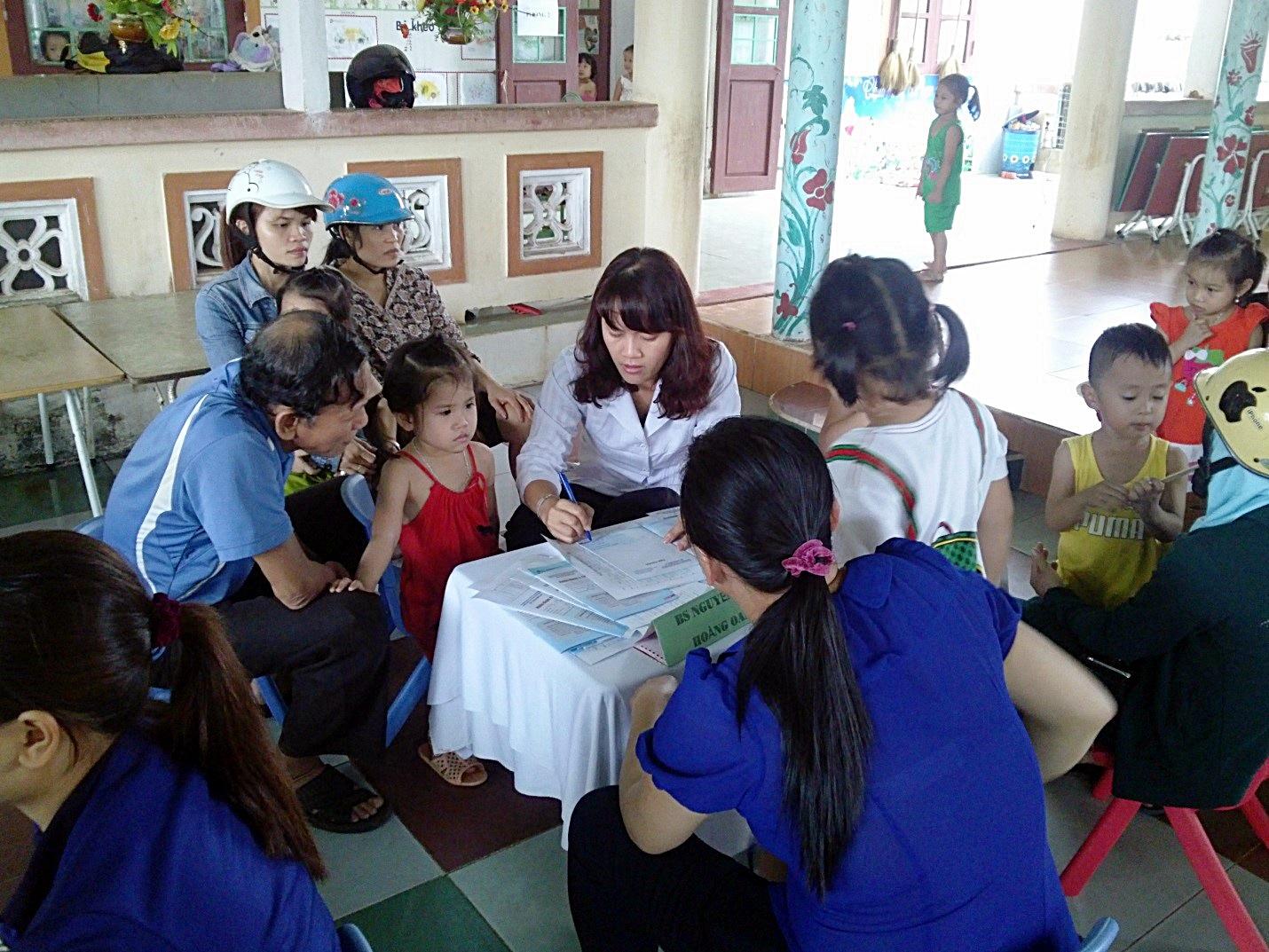 Các bác sĩ Vinamilk đang thăm khám và tư vấn cho mẹ và bé tại Nhà Làng, Quảng Nam