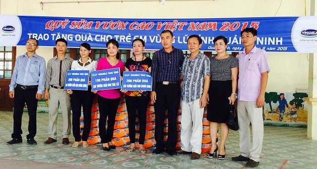 Vinamilk vừa tổ chức thăm và tặng sữa cho trẻ em một số trường học bị ảnh hưởng thiệt hại bởi mưa lũ tại Quảng Ninh.