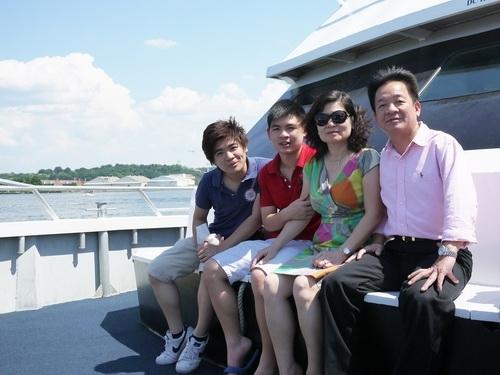 Gia đình hạnh phúc của bầu Hiển
