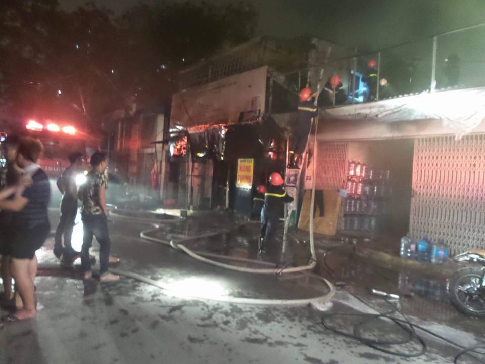 Lực lượng cảnh sát PCCC đến dập lửa