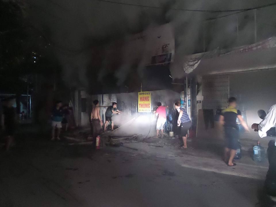 Người dân cùng nhau dập lửa tại ngôi nhà khóa trái cửa