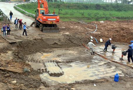 Người dân khổ sở vì mất nước sinh hoạt do sự cố vỡ đường ống sông Đà liên tục