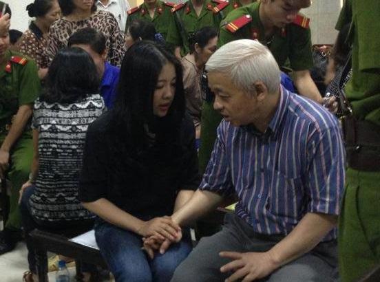 Vợ Bầu Kiên đằm thắm cùng chồng tại tòa 4