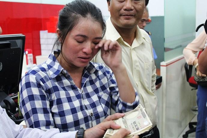 Tỉ phú ve chai' Huỳnh Thị Ánh Hồng bật khóc khi nhận đủ số tiền 1,16 triệu yen Nhật.