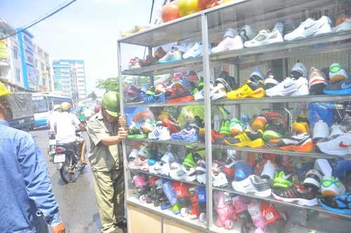 Cháy lớn cửa hàng giày, người dân hò nhau giúp chủ cửa hàng chuyển đồ ra ngoài