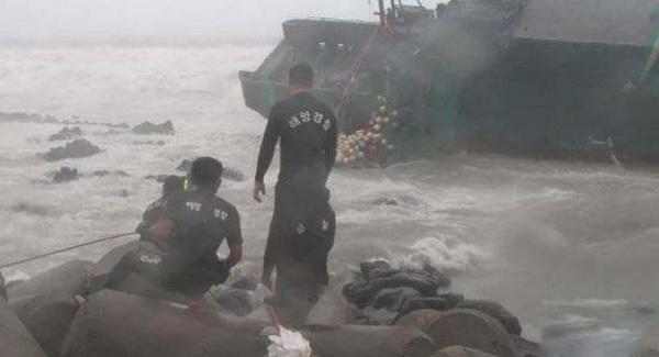 Các tàu cứu hộ đang tìm kiếm những người mất tích