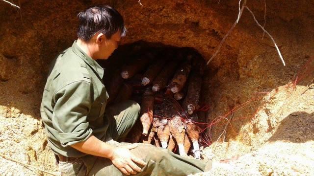 công binh kích nổ 2 hầm đạn pháo nguy hiểm