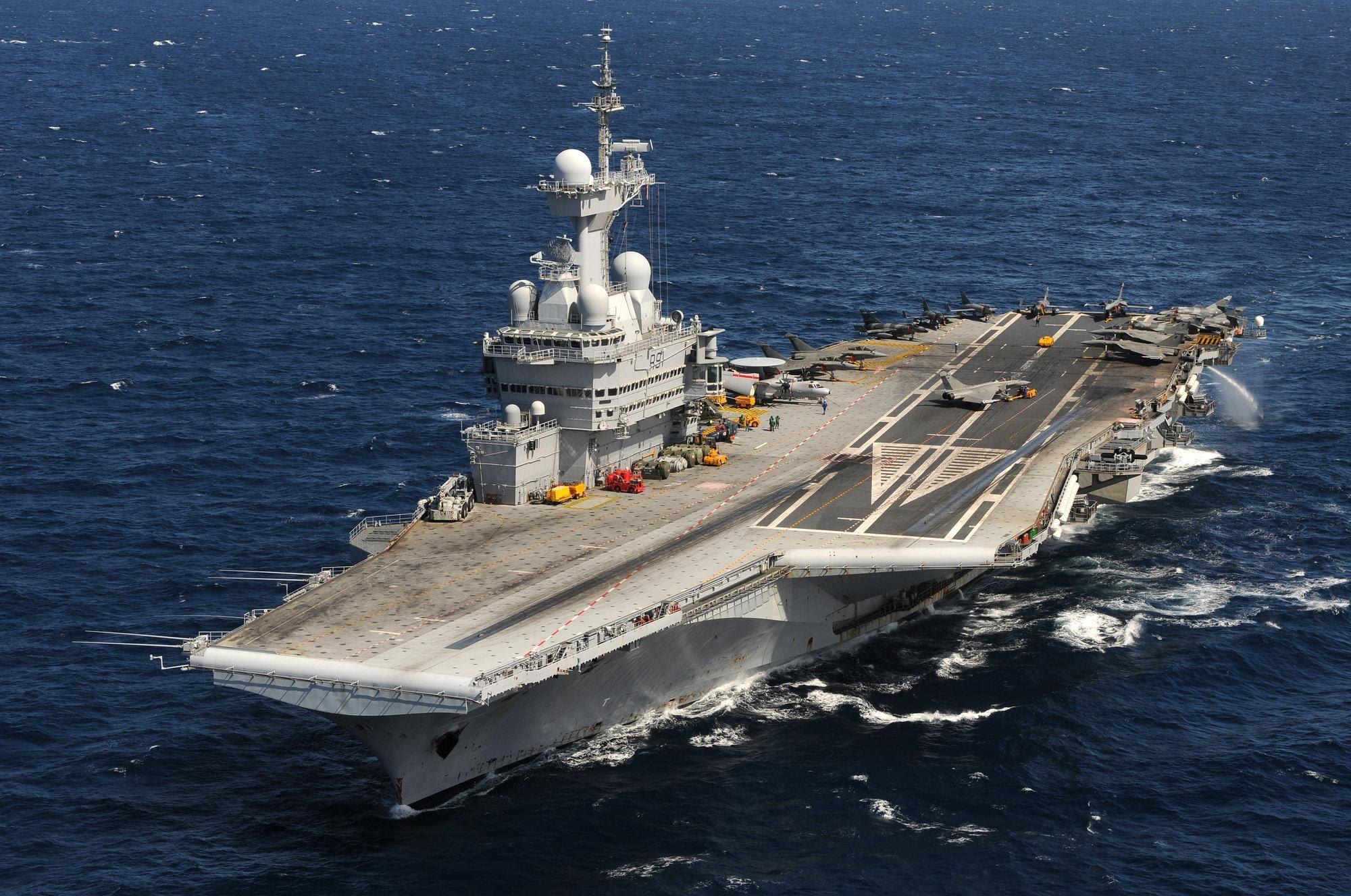 Tàu sân bay hạt nhân Charles de Gaulle đóng từ những năm 1990 đến 2001 mới hoàn tất, trị giá 3,5 tỉ USD. Tàu dài 261,5 m, lượng choán nước 38.000 tấn, tốc độ 50 km/giờ, đường băng trên tàu dài 195 m.