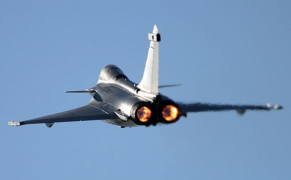 Rafale là máy bay tiêm kích hai động cơ có khả năng tiếp nhiên liệu trên không bằng hệ thống và mang theo tối đa chín tấn vũ khí cùng một súng 30 mm NEXTER 30M791 có tốc độ bắn 2.500 viên đạn mỗi phút.