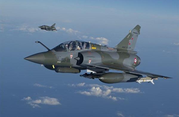 Còn Mirage 2000D là biến thể khác của Mirage 2000N được phát triển cho nhiệm vụ tấn công phi hạt nhân cả ban ngay và ban đêm.