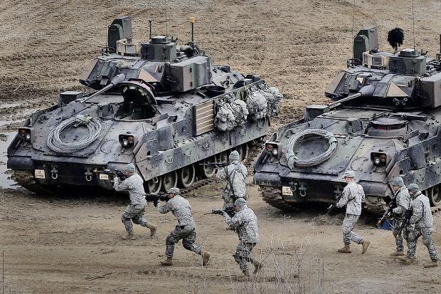 Trong các cuộc tập trận chung với Hàn Quốc năm 2015, nhiều vũ khí quân sự hiện đại của Mỹ cũng được điều đến tham gia