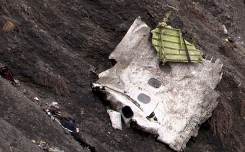 Một mảnh vỡ lớn của chiếc máy bay được nhìn thấy ở một khe núi.