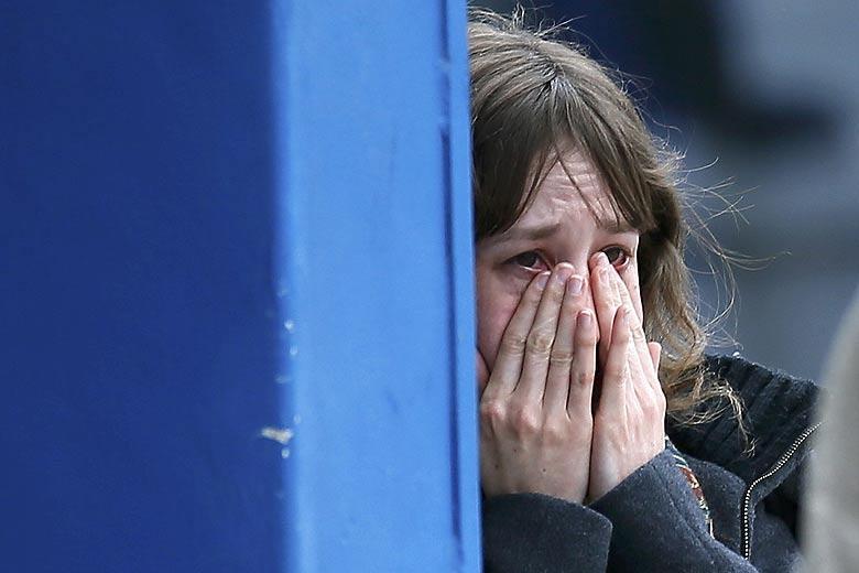 Người thân nạn nhân vụ máy bay rơi ở Pháp đã không cầm được nước mắt khi nghe tin dữ