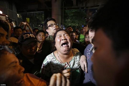 Một người mẹ hoảng loạn gào thét tìm kiếm người thân mất tích sau vụ nổ bom Bangkok (Thái Lan)