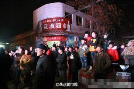 Nhiều người thích thú đến xem vũ nữ nhảy thoát y tại các đám tang ở Trung Quốc