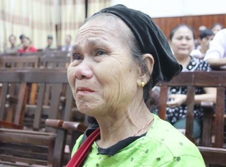Bà Lê Thị Thanh - mẹ một trong bốn nạn nhân vụ thảm sát ở Nghệ An rớt nước mắt tại tòa