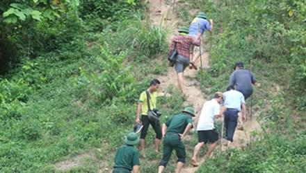 Các cán bộ điều tra không ngại gian khó luồn rừng truy tìm nghi phạm vụ thảm sát ở Nghệ An