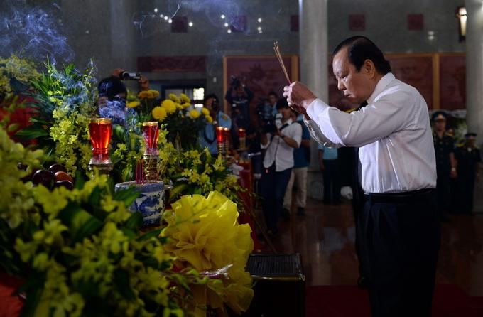 Bí thư thành ủy TP.HCM Lê Thanh Hải thắp nhang viếng các chiến sĩ hi sinh
