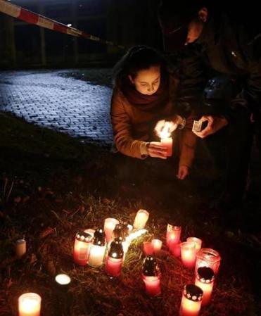 Người dân thắp nến tưởng niệm những nạn nhân xấu số trong vụ xả súng.