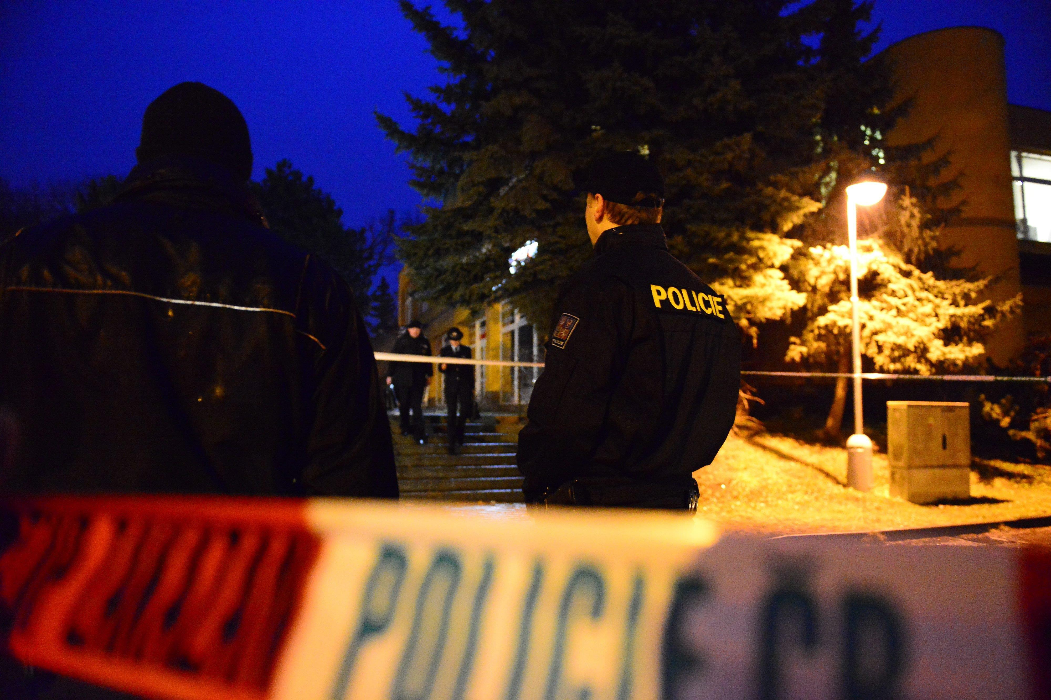 Thị trưởng Patrik Kuncar cho biết nghi can là cư dân của thị trấn. Người này mang theo 2 khẩu súng và xả 25 phát đạn trong nhà hàng.