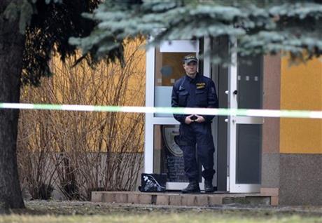 Cảnh sát canh giữ hiện trường sau khi người đàn ông tâm thần xả súng giết chết 8 người.