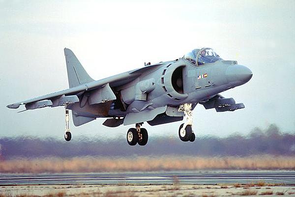 Máy bay tấn công Av-8B Harrier II là 1 loại vũ khí quân sự đa năng