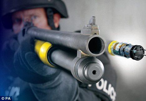 Súng bắn đạn sốc điện là vũ khí quân sự không gây sát thương có tầm sử dụng hiệu quả cao