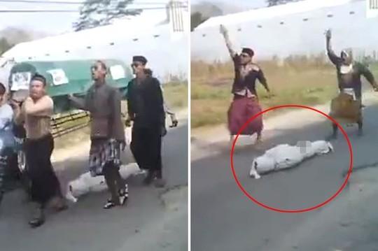 Thi thể người trên bị rơi khỏi quan tài và bỏ quên trên đường