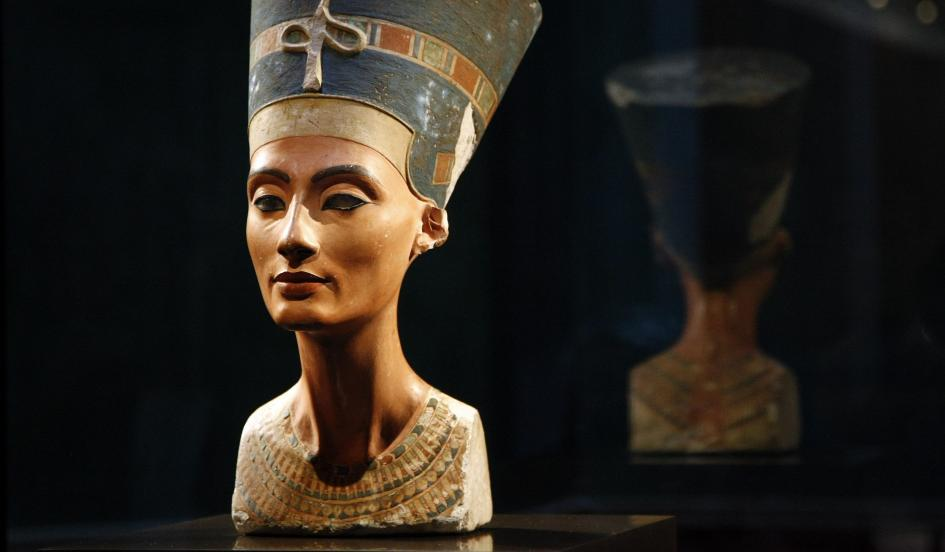 Tuy nhiên, vẫn còn xác ướp của một người nổi tiếng khác cùng thời vua Tutankhamun chưa được tìm thấy, đó là Nữ hoàng Ai Cập Nefertiti, chính thất của Pharaoh Akhenaten, mẹ kế của Tut. Không chỉ vậy, bà còn được đánh giá là một trong những phụ nữ đẹp nhất lịch sử. Ảnh Kenneth Garrett/ National Geographic