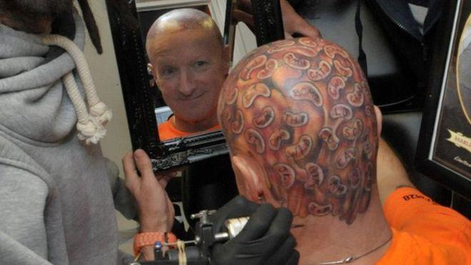 Ông Barry Kirk đã xăm 60 hạt đậu nướng lên đầu để kỉ niệm sinh nhật lần thứ 60 và gây quỹ làm từ thiện