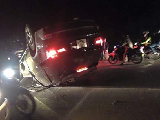 Chiếc xe BMW gây tai nạn lật ngửa giữa đường