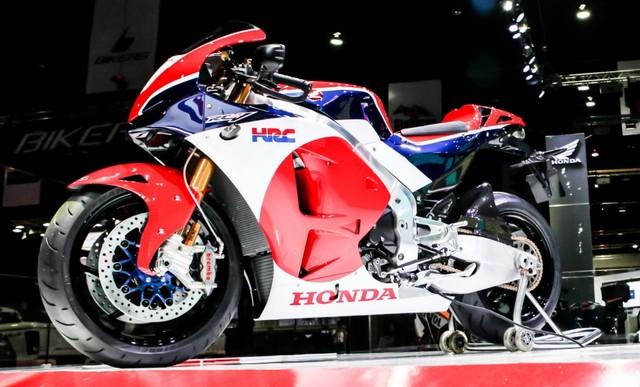 Xe Honda RC213V-S 2015 trông khá giống xe đua với bộ cánh 3 màu trắng, đỏ và xanh dương khá bắt mắt