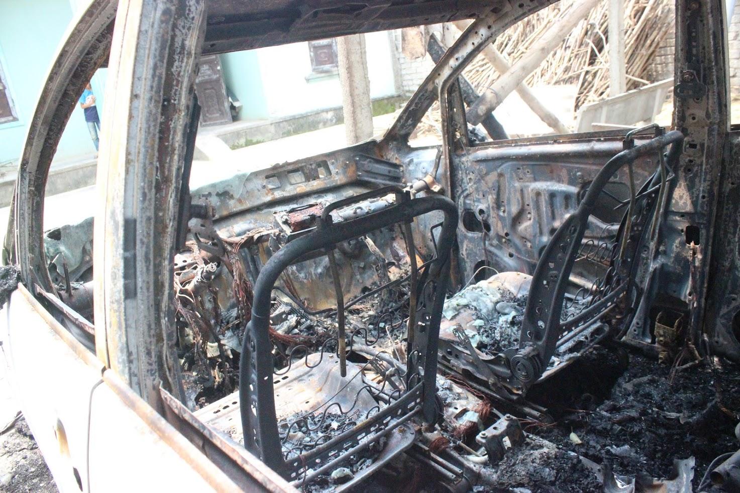 Chiếc xe ô tô bốc cháy là xe đi mượn với trị giá hơn 600 triệu đồng