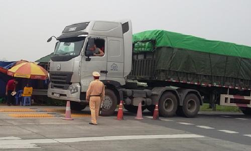 Xe quá tải tấn công cao tốc Nội Bài - Lào Cai